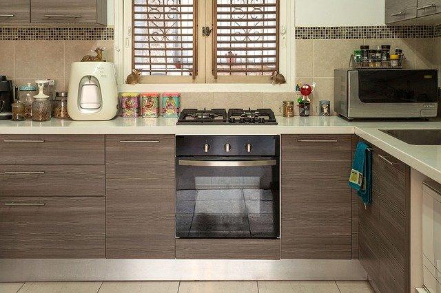 moderní kuchyně v hnědé barvě