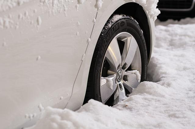 zapadlé auto ve sněhu