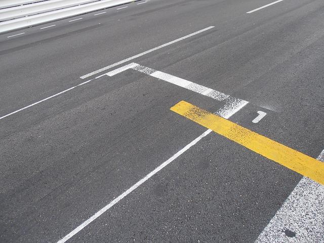 čáry na silnici