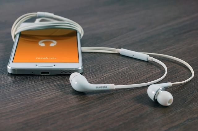 mobil se sluchátky na hudbu