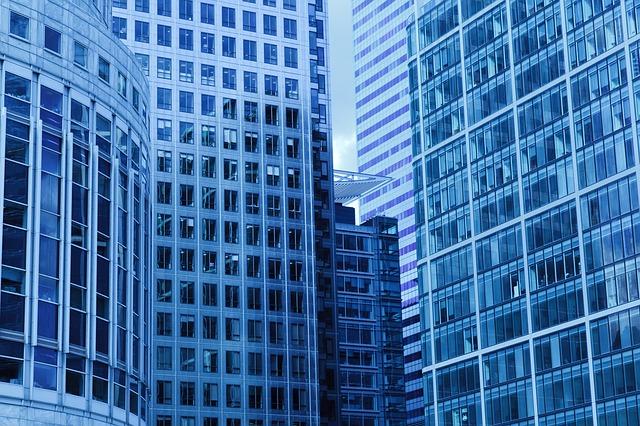 modré budovy, hodně oken