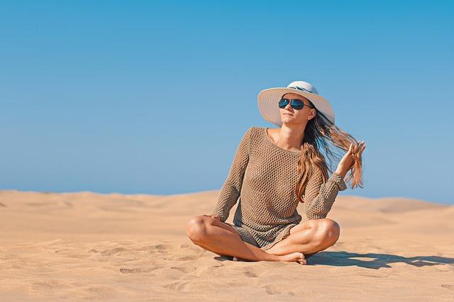 žena na písku