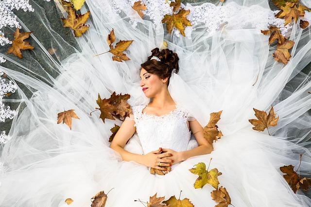 nevěsta s rozloženou sukní, spadané listí