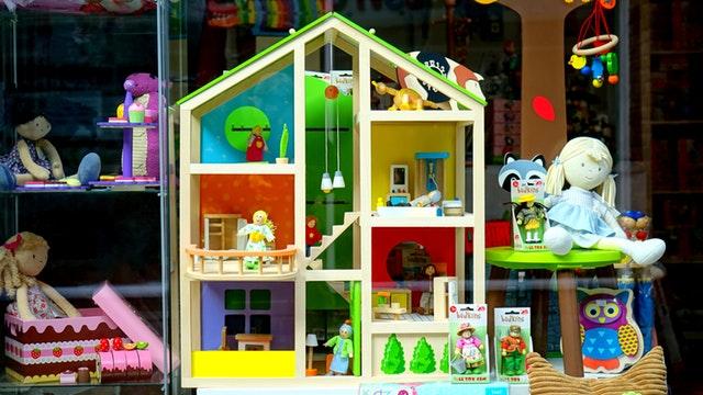 domeček pro panenky ve výloze