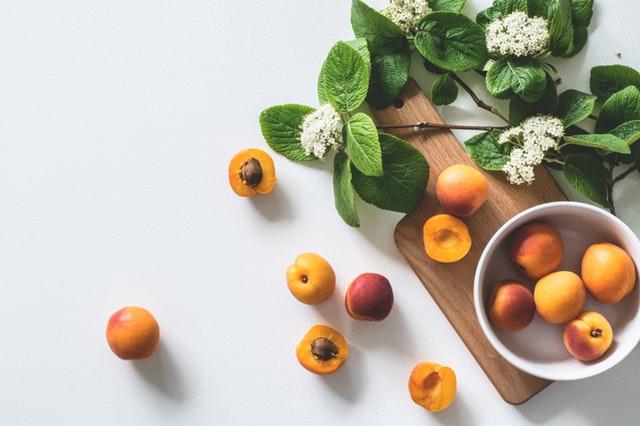meruňky, dřevěné prkénko.jpg