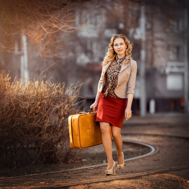 žena se žlutým kufrem.jpg