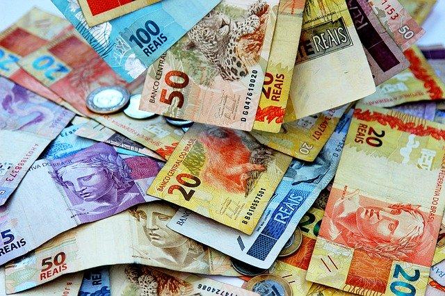 hromada bankovek a mincí.jpg
